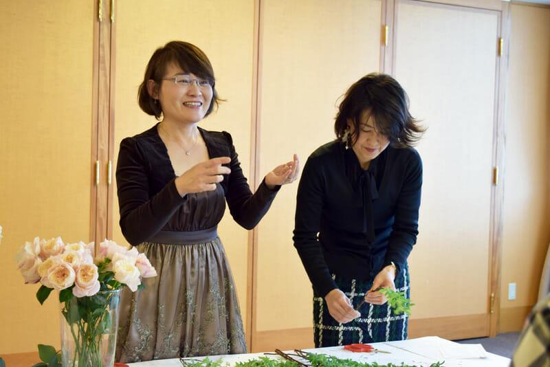 デモで作るブーケについて説明する代表理事の谷川