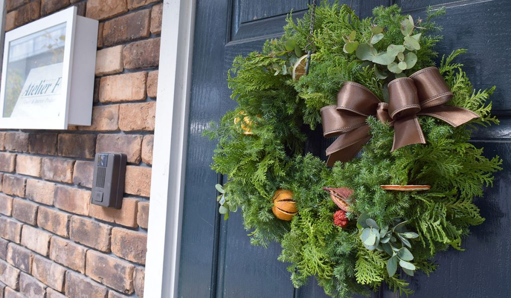 なぜクリスマスリースを飾るの?その由来と使われる素材の意味