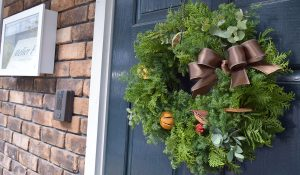 なぜクリスマスにリースを飾るの?