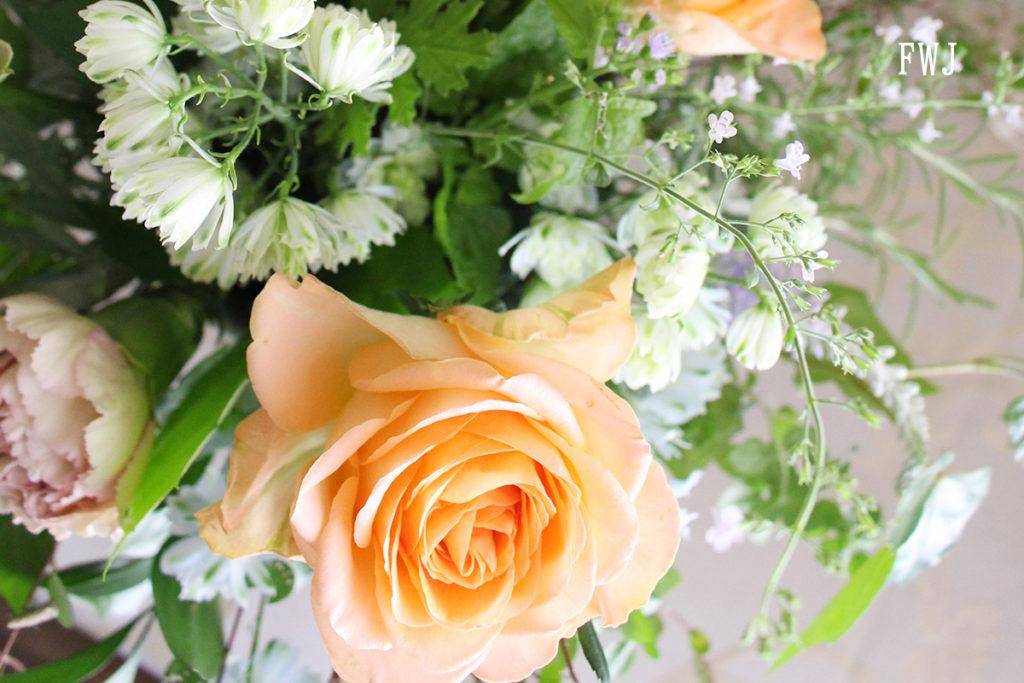 バラとカラミンサのアレンジメント